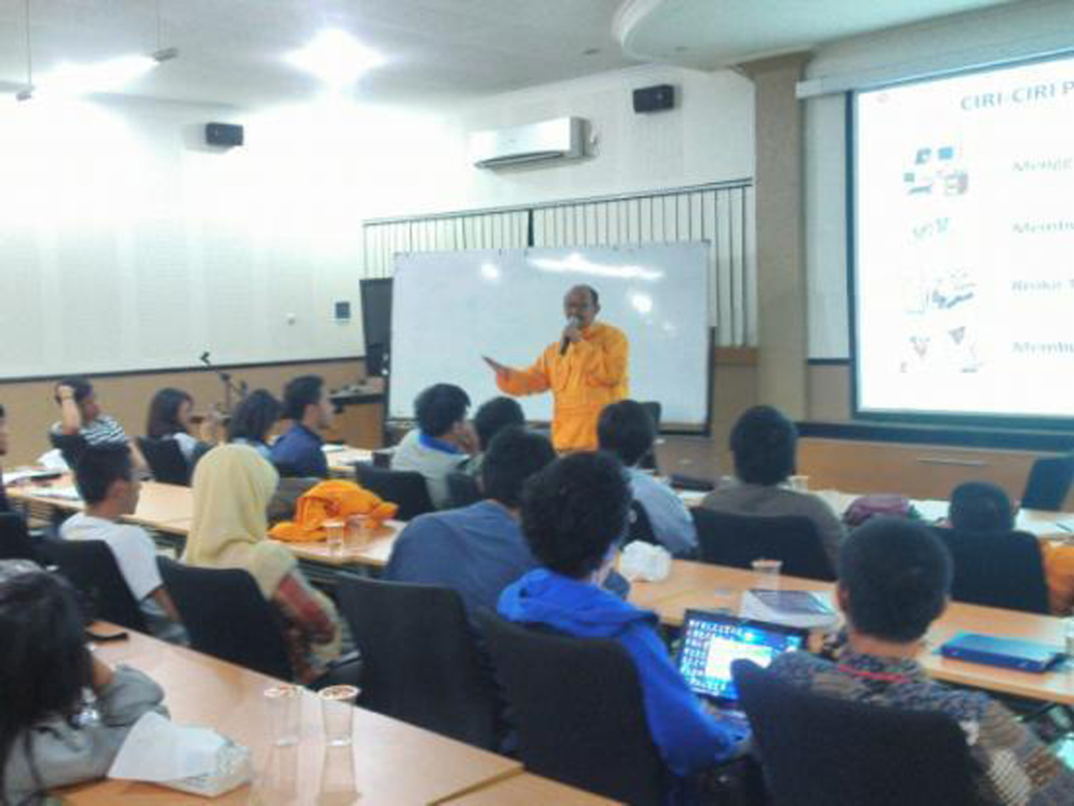 Mr. Elan Biantara, current Public Relation of SKK Migas, was giving lecture about oil and gas industry in HilmiPanigoro Room.