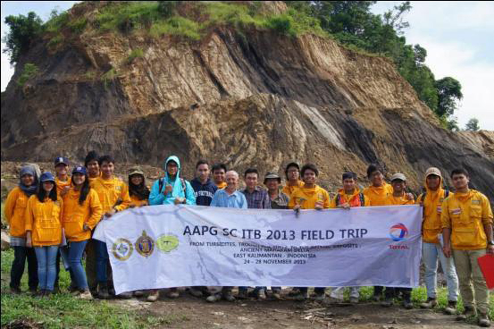 Group photo in front of the deltaic sequence in Sungai Kunjang section